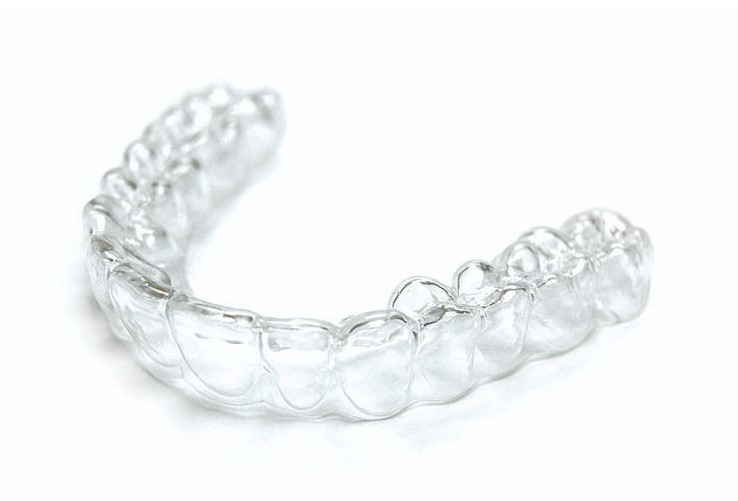 Skoraj nevidni zobni aparat za čudovit nasmeh