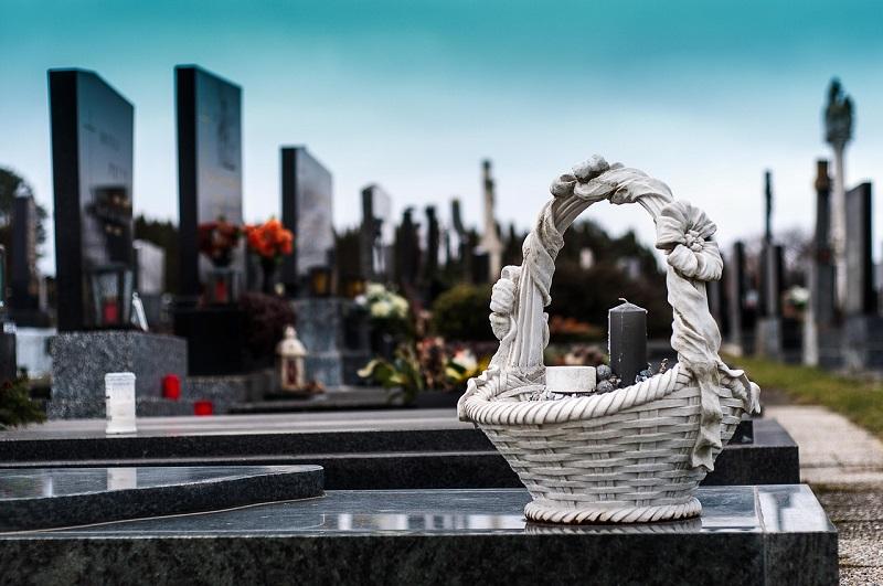 Kamniti nagrobniki in nagrobni dodatki