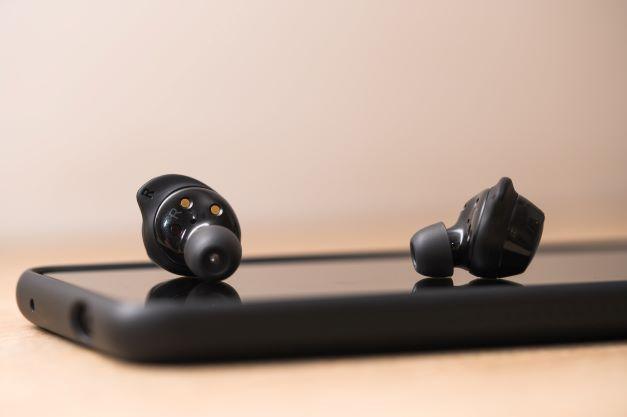 Lažje poslušanje glasbe in telefoniranje s slušalkami brez kablov